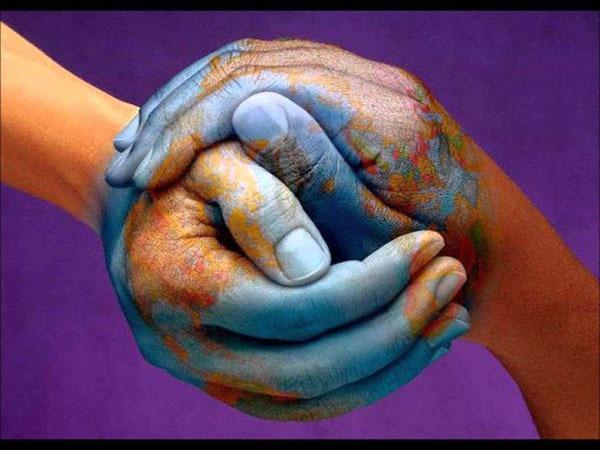 Handen maken een wereldbol