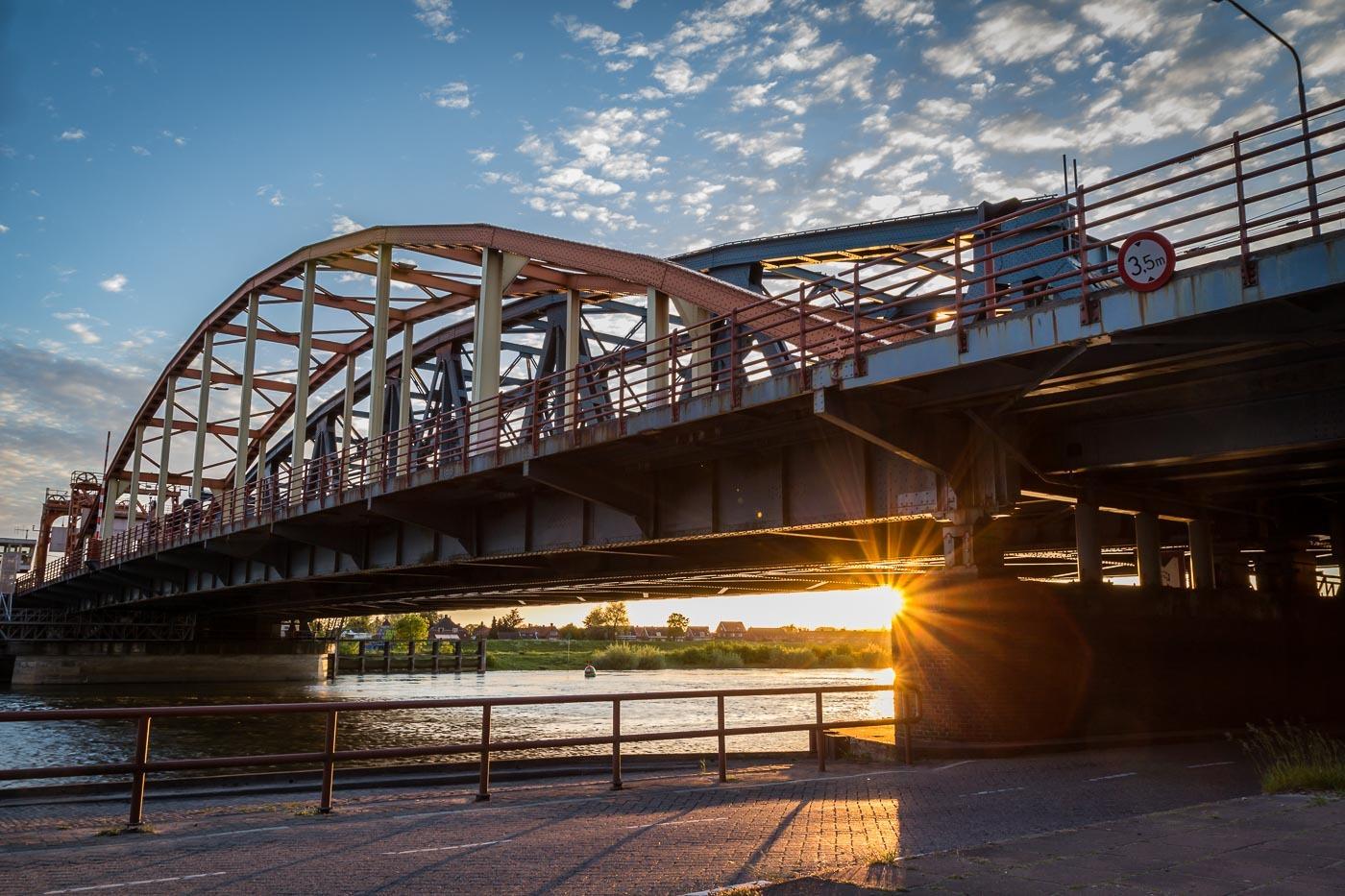 IJsselbrug Zutphen met zon