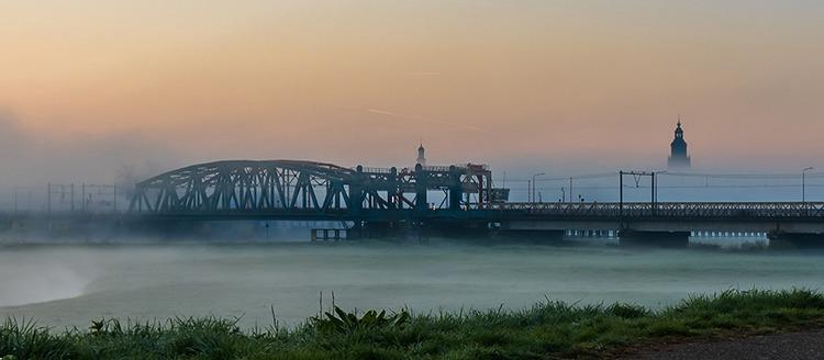Oude IJssel brug Zutphen in de mist